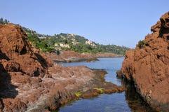 Rotsachtige kust in Theoule in Frankrijk royalty-vrije stock foto