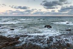 Rotsachtige kust, tijdens de wind en het onweer stock fotografie