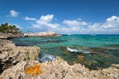Rotsachtige kust van Caraïbische Zee Stock Afbeeldingen