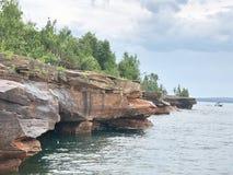 Rotsachtige kust van de Aposteleilanden in Minnesota stock afbeeldingen