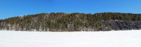 Rotsachtige kust van de bevroren rivier royalty-vrije stock afbeeldingen
