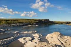 Rotsachtige kust van de rivier in de toendra royalty-vrije stock afbeeldingen