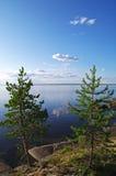 Rotsachtige kust van een meer. Stock Afbeeldingen