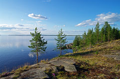 Rotsachtige kust van een meer. Stock Foto