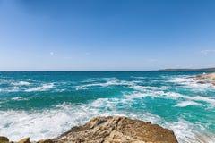 Rotsachtige kust van het Adriatische overzees na onweer Stock Foto's