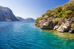 Rotsachtige kust van het eiland in het Egeïsche overzees stock foto's