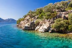 Rotsachtige kust van het eiland in het Egeïsche overzees op een duidelijke dag stock fotografie