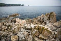 Rotsachtige kust van het Overzees van Japan stock afbeelding