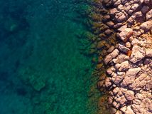 Rotsachtige kust van hierboven, Griekenland stock fotografie