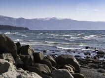 Rotsachtige kust van Meer Tahoe stock afbeeldingen