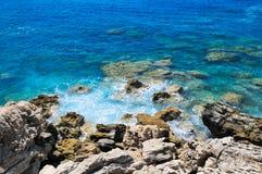 Rotsachtige kust van overzees Stock Afbeelding