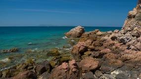 Rotsachtige kust van tropisch eiland tijdens afvloeiing Royalty-vrije Stock Fotografie