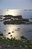 Rotsachtige kust voor Afrika Stock Fotografie