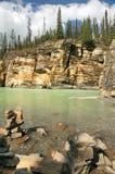 Rotsachtige kusten van bergrivier Stock Afbeelding