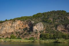 Rotsachtige kusten van de rivier Dalyan in Turkije met oude Lycian-graven, selectieve nadruk stock foto's