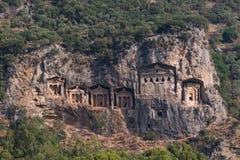 Rotsachtige kusten van de rivier Dalyan in Turkije met oude Lycian-graven, selectieve nadruk stock afbeeldingen