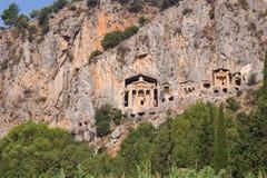 Rotsachtige kusten van de rivier Dalyan in Turkije met oude Lycian-graven, selectieve nadruk royalty-vrije stock fotografie