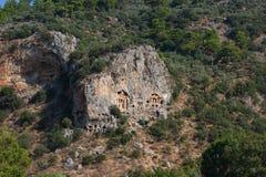 Rotsachtige kusten van de rivier Dalyan in Turkije met oude Lycian-graven, selectieve nadruk stock fotografie
