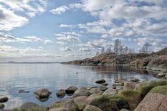 Rotsachtige kustlijn bij kalme overzees royalty-vrije stock fotografie