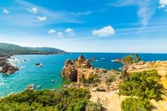 Rotsachtige kustlijn in Costa Paradiso stock foto's