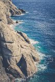 Rotsachtige kustlijn en klippen met golven het verpletteren Royalty-vrije Stock Fotografie