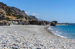 Rotsachtige kustlijn met turkooise lagune dichtbij Paleochora-stad op het eiland van Kreta, Griekenland Royalty-vrije Stock Fotografie