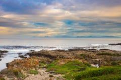 Rotsachtige kustlijn op de oceaan in DE Kelders, Zuid-Afrika, beroemd voor walvis het letten op Wintertijd, bewolkte en dramatisc royalty-vrije stock fotografie