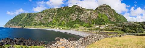 Rotsachtige kustlijn op Flores-eiland (de archipel van de Azoren, Portugal) stock foto