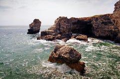 Rotsachtige kustlijn over de Zwarte Zee Stock Foto