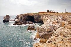 Rotsachtige kustlijn over de Zwarte Zee Royalty-vrije Stock Afbeeldingen