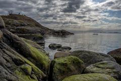 Rotsachtige kustlijn Suomenlinna stock afbeeldingen