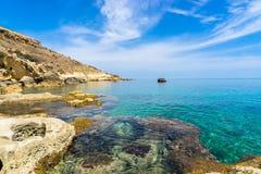 Rotsachtige kustlijn van Gozo stock afbeelding