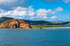 Rotsachtige kustlijn van St Thomas Island Stock Fotografie