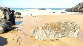 Rotsachtige kustlijn van zandig Adraga-strand, de kust van Portugal stock video