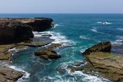 Rotsachtige lagune op een achtergrond van blauwe horizon stock fotografie
