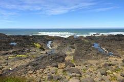 Rotsachtige lavaoever, de kust van Oregon. Royalty-vrije Stock Afbeeldingen
