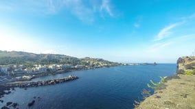 Rotsachtige mediterrane kustlijn, Aci Castello, Sicilië, Italië stock video