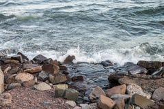 Rotsachtige meerkust Royalty-vrije Stock Afbeelding