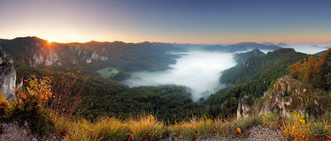 Rotsachtige moutain bij zonsondergang - Slowakije, Sulov Stock Foto's