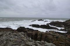 Rotsachtige oceaankust in de winter royalty-vrije stock afbeeldingen
