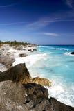 Rotsachtige oceaanoever Stock Foto