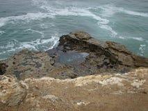 Rotsachtige oceanside Royalty-vrije Stock Afbeeldingen