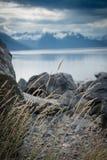 Rotsachtige oever en bergen Royalty-vrije Stock Afbeelding