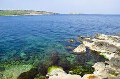 Rotsachtige oever, St. Paul Baai, Malta royalty-vrije stock afbeeldingen