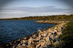 Rotsachtige oever van reservoir Royalty-vrije Stock Afbeeldingen