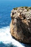 Rotsachtige overzeese klip, tegen het overzees op een zonnige dag Royalty-vrije Stock Foto