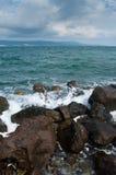 Rotsachtige overzeese kust stock fotografie
