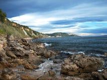 Rotsachtige overzeese kust stock afbeeldingen