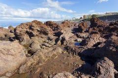Rotsachtige overzeese kust Stock Foto's