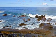Rotsachtige overzeese kust Royalty-vrije Stock Afbeeldingen
